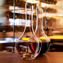 Oxygenating decanters for young wines